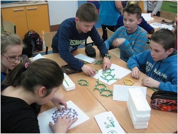 """Zdolne dzieci ze szkoły w Cieślach uczestniczą w projekcie """"Stawiam na moją przyszłość""""."""