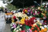Wszystkich Świętych 2021. Ile kosztują znicze i kwiaty na przycmentarnych stoiskach w Lublinie? Sprawdź koniecznie [16.10]