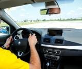 Jak siedzieć za kierownicą? Odpowiednia pozycja kierowcy