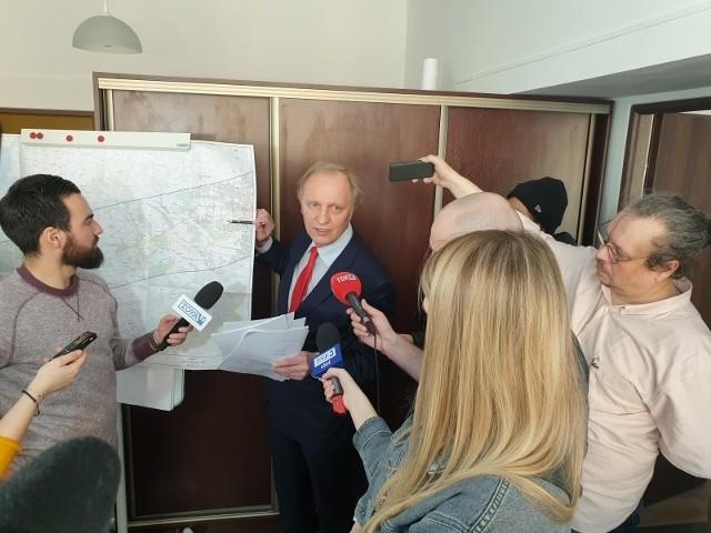 Poseł Włodzimierz Tomaszewski przedstawia mapę z możliwymi wariantami przebiegu KDP.
