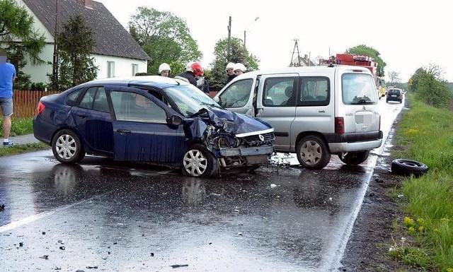 Groźny wypadek trzech aut osobowych w Turze. Co najmniej dwie osoby zostały ranne i odwiezione do szpitala. Do zderzenia aut doszło około godziny 15.00. W wypadku uczestniczyły trzy samochody: osobowy Renault oraz dostawcze Volkswagen i Citroen.W wyniku tego zderzenia, dwóch kierowców zostało odwiezionych do szpitala, na miejscu cały czas pracują służby ratunkowe, ruch w miejscu wypadku jest utrudniony.źródło: TVN Meteo Active/x-news