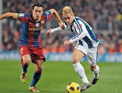Xavi (z lewej, Barcelona) i Antoine Griezmann (Sociedad) Fot. PAP/EPA/TONI ALBIR