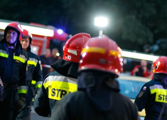 Na miejscu wypadku trwają działania policji i straży pożarnej. Kilka osób zostało już przetransportowanych do szpitala