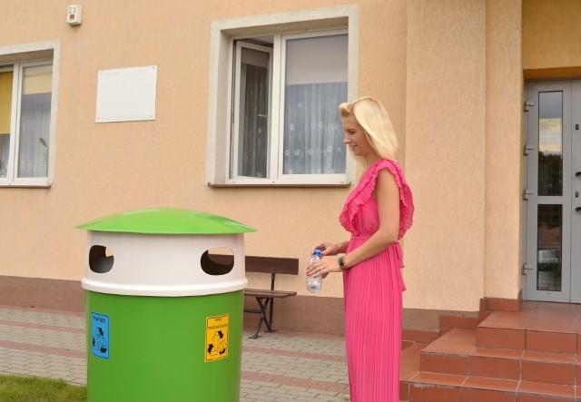 W wielu miejscach w gminie Wielgie pojawiły się pojemniki do selektywnej zbiorki odpadów. Ten stoi przed Urzędem Gminy Wielgie.
