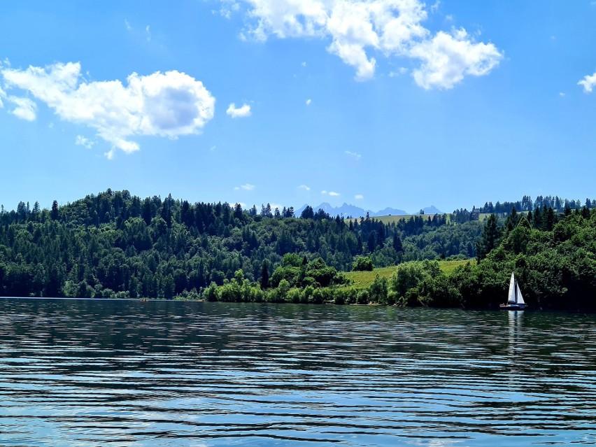 Nie trzeba jechać na Mazury, żeby poczuć tamten klimat. W Małopolsce wspaniała atrakcja jest pod nosem. To Jezioro Czorsztyńskie kusi wspaniałymi widokami i atrakcjami. Istnieje możliwość wypożyczenia kajaków i rowerków wodnych oraz łódek. Można też wypocząć na plażach zlokalizowanych przy zalewie. Zobacz kolejne zdjęcia. Przesuwaj zdjęcia w prawo - naciśnij strzałkę lub przycisk NASTĘPNEZOBACZ ZDJĘCIA >>>