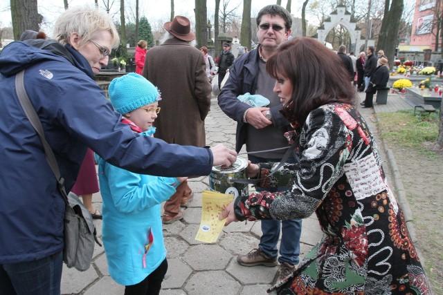 Podczas zbiórki pieniędzy na Starym Cmentarzu zebrano prawie 106 tys. zł