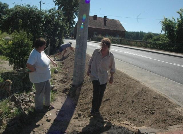 Nasyp obok drogi wojewódzkiej utrudnia życie mieszkańcom wsi. Nie mogą normalnie wyjść z domów. Sytuacja ma się zmienić, wykonawca zostanie zobowiązany do utwardzenia nasypu i zrobienia schodków.