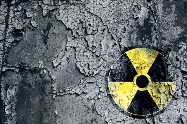 """26 kwietnia 1986 r. miała miejsce katastrofa czarnobylskiej elektrowni jądrowej, czego skutkiem było uwolnienie radioaktywnych materiałów do atmosfery. Obecnie naukowcy spierają się co do liczby ofiar """"Czarnobyla"""", a także długofalowych skutków zdrowotnych tej katastrofy. Według szacunków aż 600 000 osób było zaangażowanych w uporządkowanie skażonych terenów, z czego ok. 240 000 osób otrzymało dawki promieniowania przekraczające dopuszczalne normy. Trudno jednoznacznie określić liczbę ofiar katastrofy w Czarnobylu, gdyż różne źródła podają inaczej: Komitet Naukowy ONZ ds. Skutków Promieniowania Atomowego podaje, że zginęły 62 osoby, natomiast Raport Forum Czarnobyla – że 31 osób. Konsekwencją katastrofy w Czarnobylu było skażenie promieniotwórcze na ok. 125 000-146 000 kilometrów kwadratowych i rozprzestrzenienie radioaktywnej chmury po całej Europie. Naukowcy są zgodni co do jednego -  """"Czarnobyl"""" jest przede wszystkim katastrofą psychologiczną."""