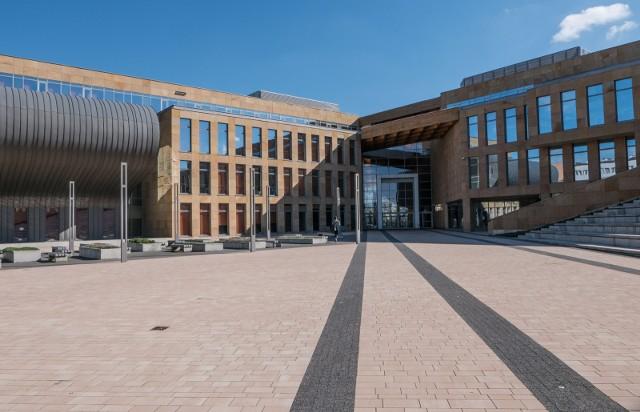 Niektórzy studenci Uniwersytetu Rzeszowskiego są obruszeni tym, że uczelnia zdecydowała o stacjonarnym ezgaminowaniu.