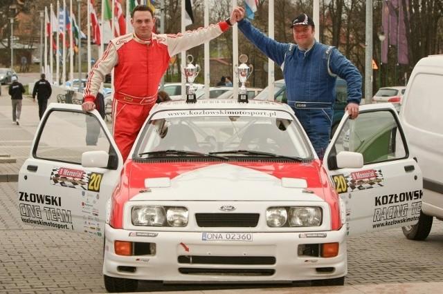 Tak też swój występ potraktował Marcin Kozłowski (po prawej)z Automobilklubu Opolskiego startujący z pilotem Michałem Jucewiczem (na zdjęciu z lewej).