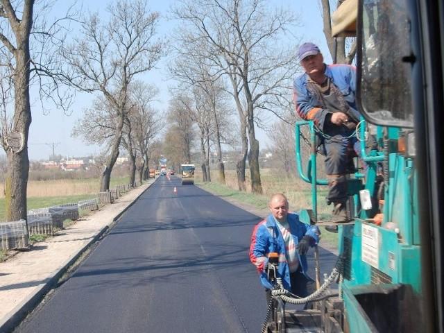 To już ostatni odcinek trasy z Nakła do Bydgoszczy przez Potulice, na którym kładziona jest nowa nawierzchnia.