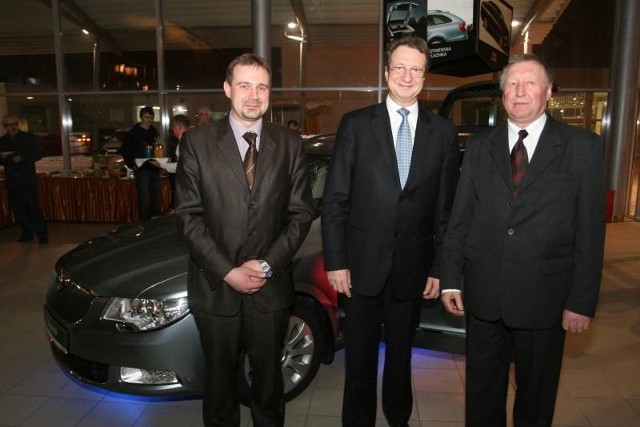 Kolejno od lewej: Adam Walczak, dyrektor kieleckiego salonu Škody, prezes firmy Pol Mot Auto, Marek Pol oraz prezes Banku Spółdzielczego w Kielcach Stanisław Matejkiewicz podczas kieleckiej premiery Škody Superb Combi.