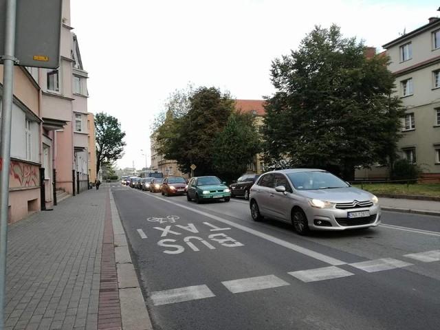 Poniedziałek rano. Korek na ulicy Spychalskiego w Opolu.
