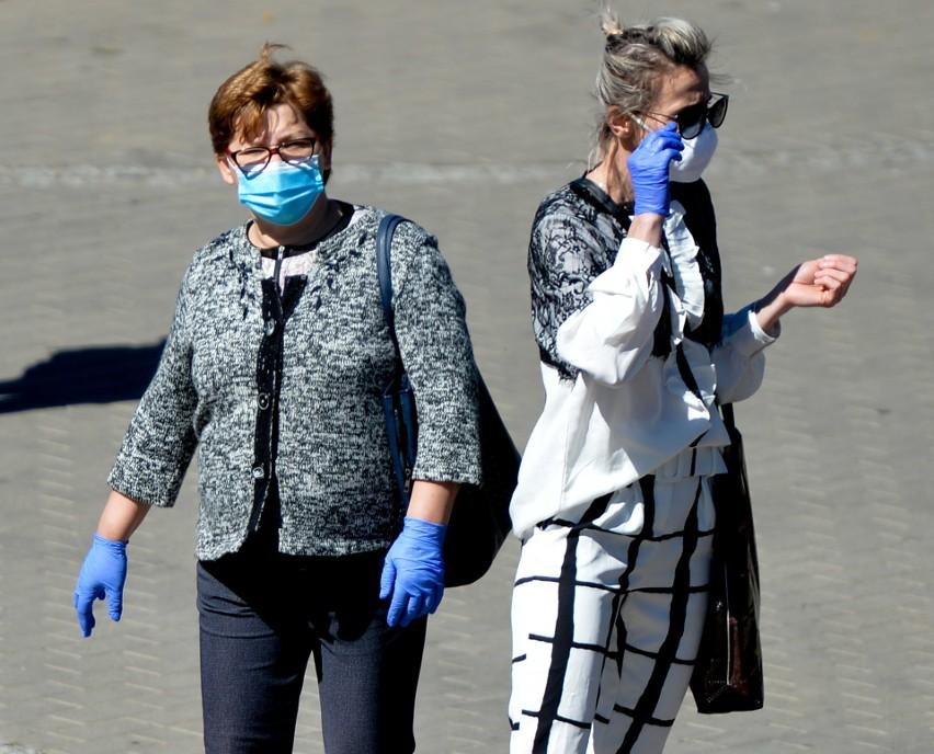 Kolorowe, w paski, w kropki, maski, chusty. Mieszkańcy...