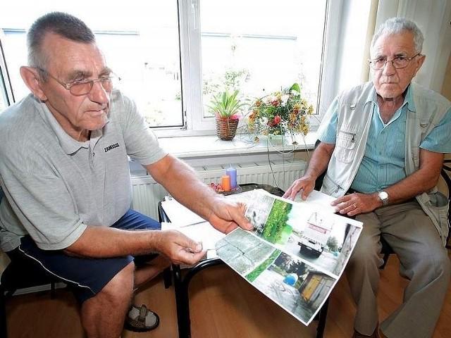 Panowie Krzemiński (po lewej) i Kwiatkowski od dawna przyglądają się pracy Spółdzielni