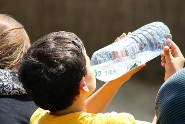 Na pewno wiesz, co pijesz? Przekonaj się, jakie są różnice w wodzie mineralnej, wodzie źródlanej i wodzie leczniczej. Wyjaśniamy je
