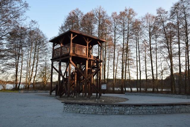 W regionie lubuskim mamy wiele pięknych wież widokowych, z których możemy podziwiać zapierające dech w piersiach krajobrazy. Gdzie je znaleźć? Zobaczcie >>>Cypel Jodłowski nad jeziorem Tarnowskim. Jodłów to wieść w Polsce położona w gminie Nowa Sól. Tutejszą platformę widokową wykonana z drewna. Ma wysokość dziewięciu metrów. Przy jeziorze pojawiła się i altana, i miejsce na ognisko (palenisko) wraz z siedziskiem. Atrakcją plaży jest ścieżka pieszo-rowerowo-edukacyjna. Zbudowano drewniane pomosty. Są też ławki, tablice informacyjne, stojaki na rowery, leżaki betonowe.Z samej wieży można zaś podziwiać przyrodę otaczającą cypel.