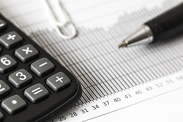 Zerowy PIT dla młodych pracowników oznacza, że osoby, które nie ukończyły 26 roku życia od sierpnia nie zapłacą podatku od dochodów nie przekraczających 85 528 zł rocznie