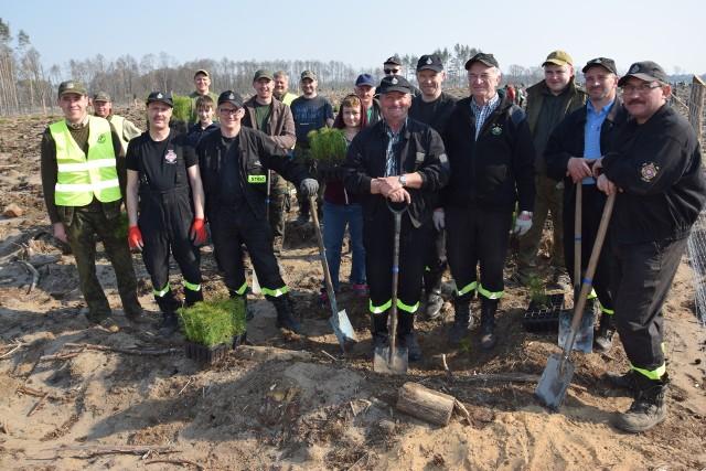 Las Społeczny sadziło wielu.  W tej grupie byli druhowie OSP Rogowo. To oni pierwsi ruszyli z pomocą w tragiczne dni nawałnicy 2017 roku