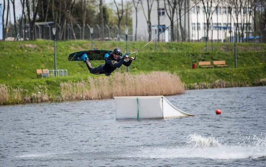 Wakeboard polega w skrócie na ślizganiu się po wodzie na desce za liną wyciągu. W przypadku bardziej zaawansowanych zawodników, również na pokonywaniu przeszkód