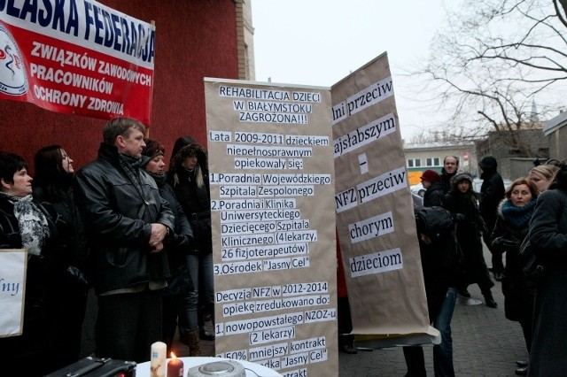 Zawierane przez podlaski oddział NFZ kontrakty pod koniec 2011 roku dotyczące rehabilitacji, budziły ogromne emocje. Na zdjęciu jedna z akcji protestacyjnych.