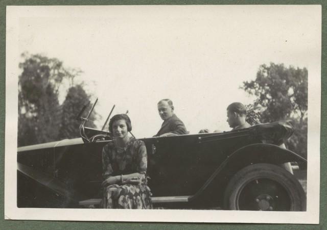 """Trzy osoby przy samochodzie """"Tatra"""", Kraków 1931."""