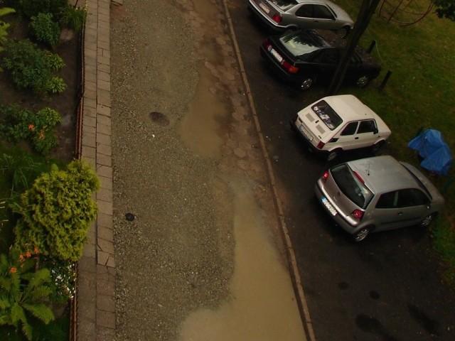 Dziury na osiedlowej drodze pojawiają się jak grzyby po deszczu.