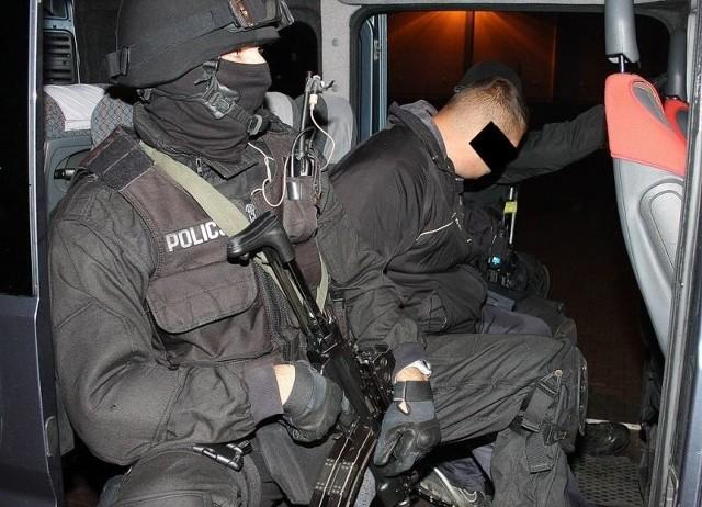 Mężczyźni zostali zatrzymani wcześnie rano w dwóch różnych miejscach na obrzeżach Torunia. Usłyszeli zarzuty handlu znacznymi ilościami narkotyków.