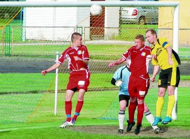 Piłkarze Tura (czerwone stroje)mimo porażki zachowali drugie, premiowane awansem miejsce w IVlidze