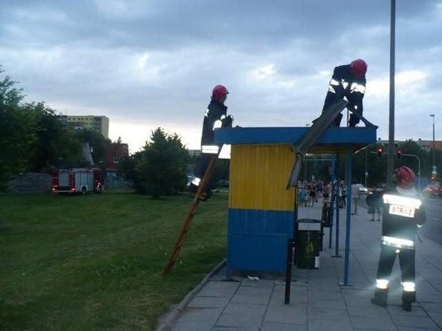 Podczas czwartkowej trąby powietrznej w Bydgoszczy części od metalowych garaży pofrunęły aż na przystanek autobusowy. Na szczęście nikomu nic się nie stało.