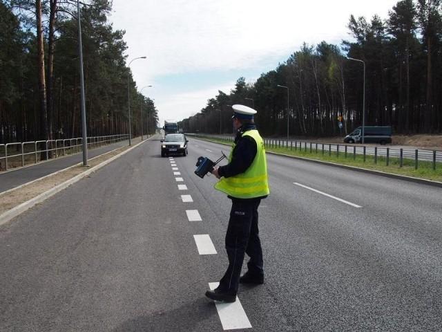 Policjanci sprawdzali prędkość kierowców na Szosie Kisielińskiej. W ciągu godziny prawa jazdy straciły tu dwie osoby.