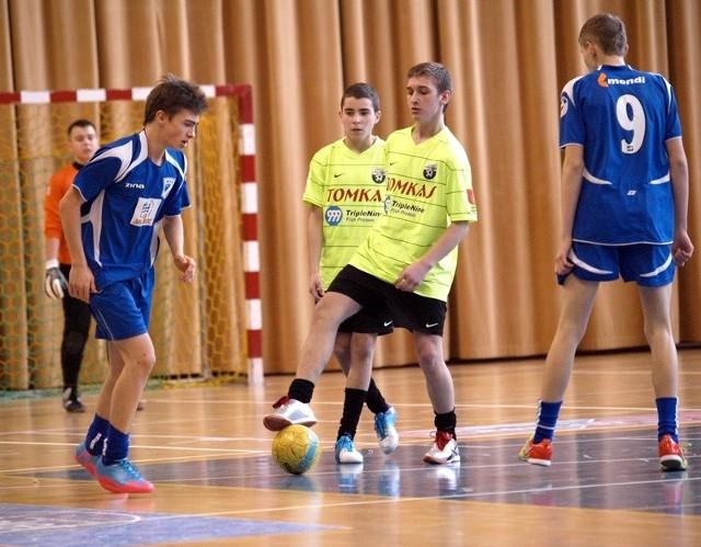 Piłkarze Wdy I Świecie (niebieskie stroje) w drodze do triumfu w turnieju pokonali m.in. Naprzód Jabłonowo Pomorskie (2:1)