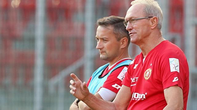 Trener Franciszek Smuda pokazuje Marcinowi Broniszewskiemu, jak mało brakuje mu do osiągnięcia poziomu uznanych szkoleniowców