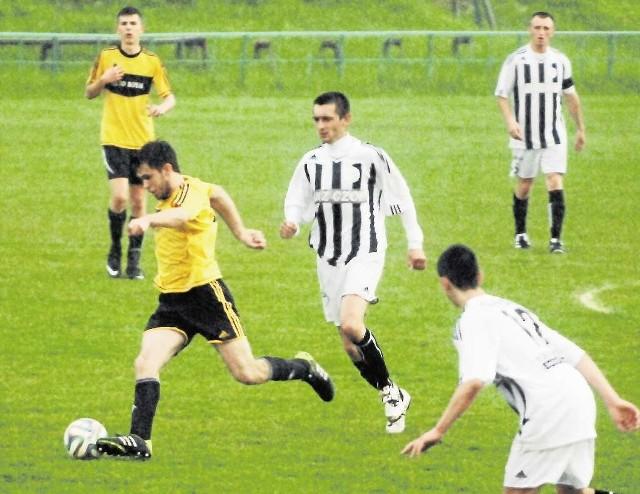 Piłkarze Grodu (biało-czarni) mocno się napocili, by zdobyć 3 punkty