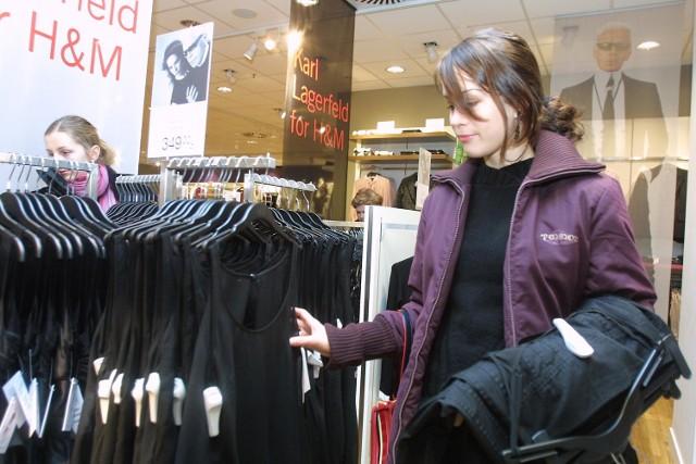 Licealistka Adrianna Alksnin szukała w kolekcji Karla Lagerfelda ubrania na połowinki. - Wybrałam czarną spódnicę i top na ramiączkach. Są ozdobione falbankami i marszczeniami - mówi Adrianna. - Może się na nie skuszę. Warto mieć w szafie coś od Karla.