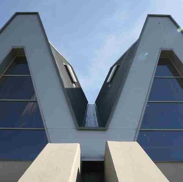 """Dach hali ułożony jest w kształt wężyków przypominających generalskie dystynkcje stąd nazwa """"generały""""."""