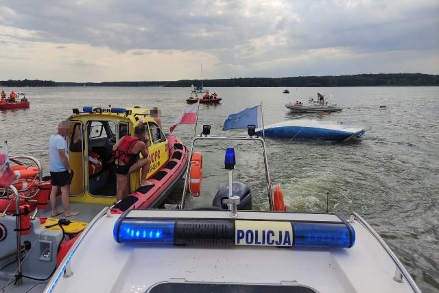 Policjanci z ratownikami WOPR i strażakami OSP ratowali 8-osobową załogę jachtu nad Zalewem Koronowskim