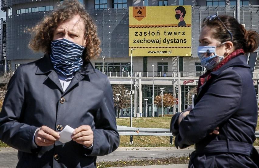 Aleksandra Dulkiewicz i Jacek Karnowski składają...