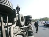 Wypadek ciężarówki na obwodnicy Trzebnicy. Ruch odbywa się wahadłowo