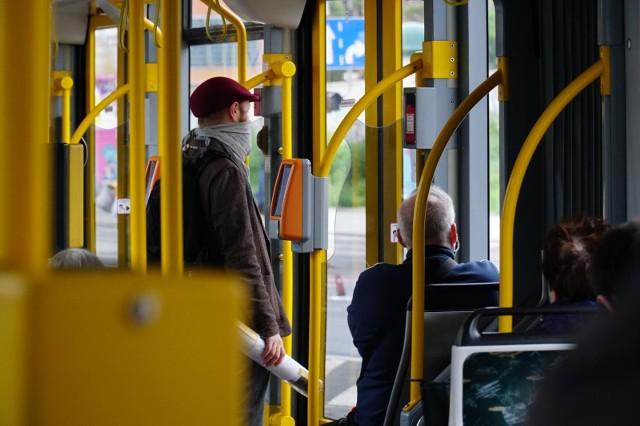 Od 15 maja 2021 roku autobusami i tramwajami będzie mogło jednocześnie podróżować tyle osób, ile wynosi połowa wszystkich miejsc stojących i siedzących. Jednak połowa miejsc siedzących nadal musi pozostać wolna.