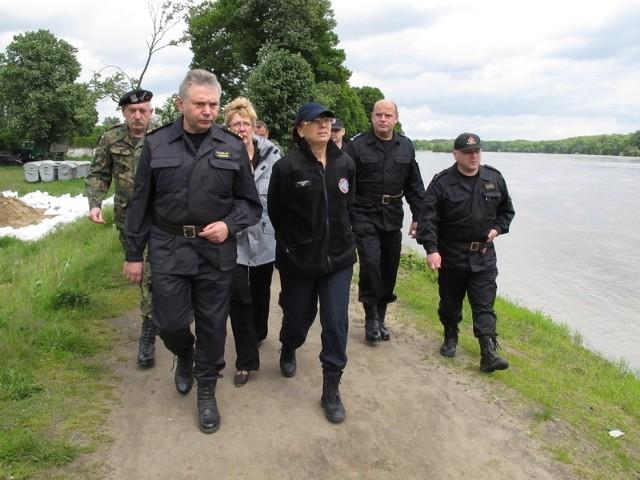 Wojewoda Helena Hatka sprawdziła sytuację na wałach w Nowej Soli, Otyniu i Bobrownikach. Napotkanych mieszkańców informowała, że fala powodziowa jest niższa od zapowiadanej.