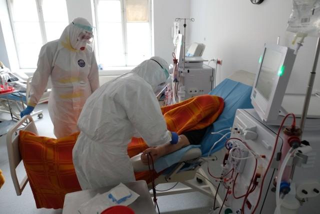 Chociaż w ostatnich dniach w Polsce wyraźnie spadła liczba nowych zakażeń koronawirusem, niepokoi duża liczba zgonów. Na dodatek pod względem dziennej liczby ofiar Polska jest w światowej czołówce. Prezentujemy ranking państw, gdzie 26 listopada odnotowano najwięcej nowych ofiar śmiertelnych spowodowanych przez COVID-19. Zobacz ranking ---->