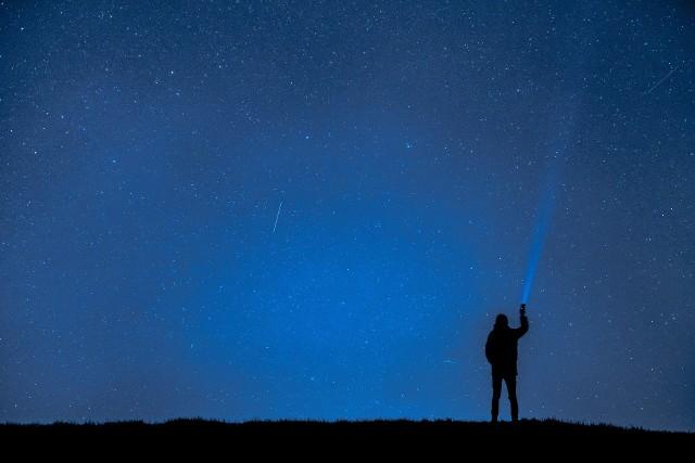 Kalendarz zjawisk astronomicznychW 2021 roku warto spoglądać w niebo. Zjawiska astronomiczne są chętnie obserwowane przez ludzi na całym świecie.Jakie ciekawe zjawiska astronomiczne zobaczymy w 2021 roku? Które spektakle na niebie będą widoczne dla obserwatorów z Polski?Zobacz w naszej galerii niesamowite zjawiska astronomiczne, które będzie można zobaczyć w najbliższym czasie na niebie >>>>>