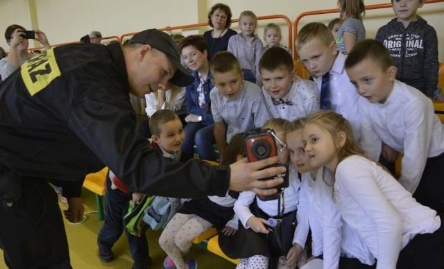 Kamera termowizyjna, pokazywana przez strażaków bardzo zainteresowała dzieci.