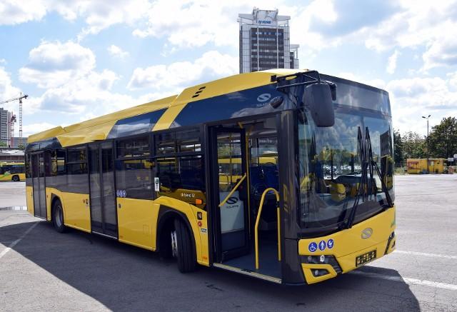 Od soboty przewoźnicy będą mogli przewozić tylu pasażerów, ile jest miejsc siedzących lub 50 proc. ogólnej pojemności pojazdu. Oznacza to duże zmiany, zwłaszcza dla podróżujących PKP Intercity czy autokarami Flixbusa.