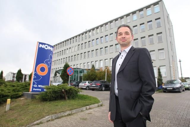 Seweryn Kubicki, prezes zarządu Grupy Edukacyjnej prezentuje budynek przy ulicy Witosa, do którego przeprowadzi się w grudniu Spółka Mac Edukacja.