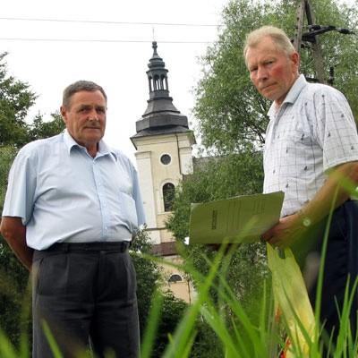 - To złe miejsce na zbiornik, ale forsowane przez władze - mówią o łąkach w pobliżu brańskiego kościoła przedstawiciele Komitetu Osiedlowego Jan Dąbrowski (z lewej) i Zenon Podolszański