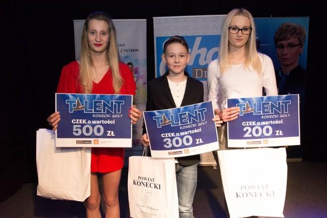 Laureaci show Talent Konecki 2017. Od lewej: Julia Pałgan (pierwsze miejsce), Olaf Młodziński (drugie) i Ania Witczak (trzecie).