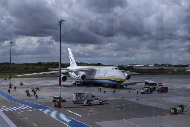 """W sobotę, 22 maja, na poznańskim lotnisku Ławica wylądował ogromny samolot Antonow An-124. To wojskowy samolot służący do transportu, będący jednym z największych samolotów na świecie i drugim w kolejności pod względem ciężkości. Antonow w tym roku już kolejny raz ląduje w Poznaniu, tym razem przyleciał bez ładunku. Na lotnisko udał się nasz fotoreporter, który uchwycił w kadrze tego """"kolosa"""". Zobacz na zdjęciach, jak wygląda Antonow An-124.Przejdź dalej -->Poznań: Otwarcie sklepu Primark w Posnanii. Zobacz:"""