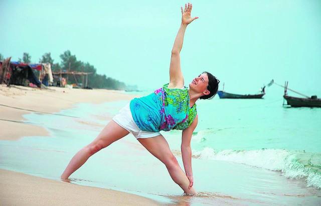 - Ćwiczenia jogi działają na wielu płaszczyznach: poprawiają samopoczucie, pomagają zwalczać niszczące skutki chronicznego stresu, dodają energii, poprawiają kondycję, detoksykują i stymulują narządy wewnętrzne - tłumaczy Krystyna Rybińska, nauczycielka jogi i filozof